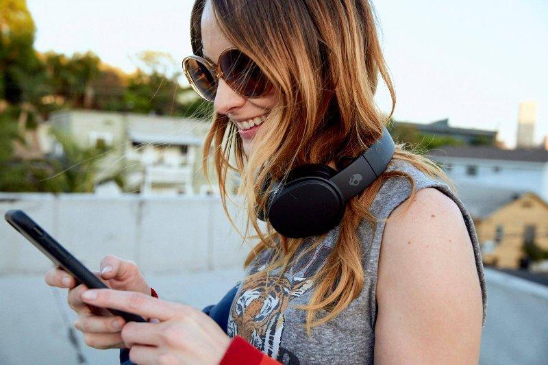 Mujer Joven con Audifonos Skullcandy