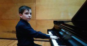 Niño tocando el piano